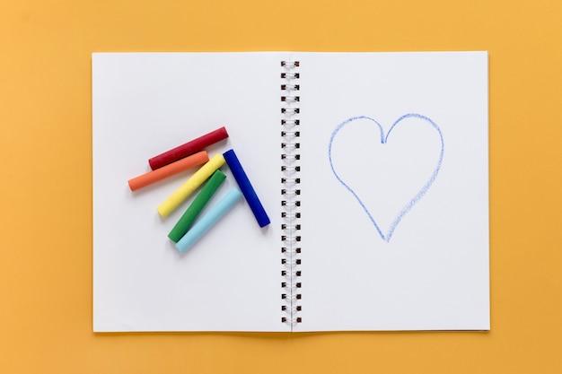 Crayons de couleur sur ordinateur portable