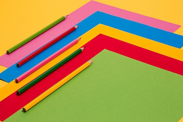 Crayons de couleur et papier de couleur