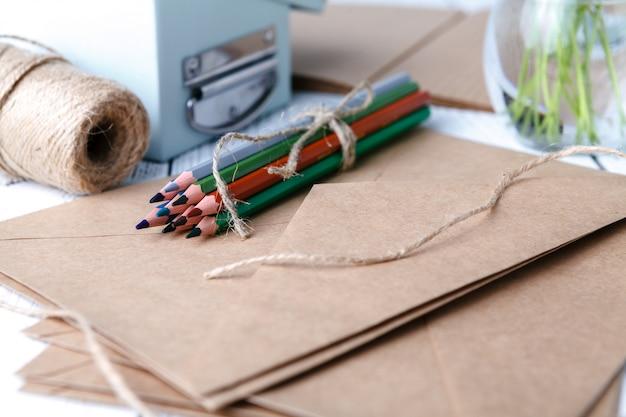 Crayons de couleur sur papier kraft