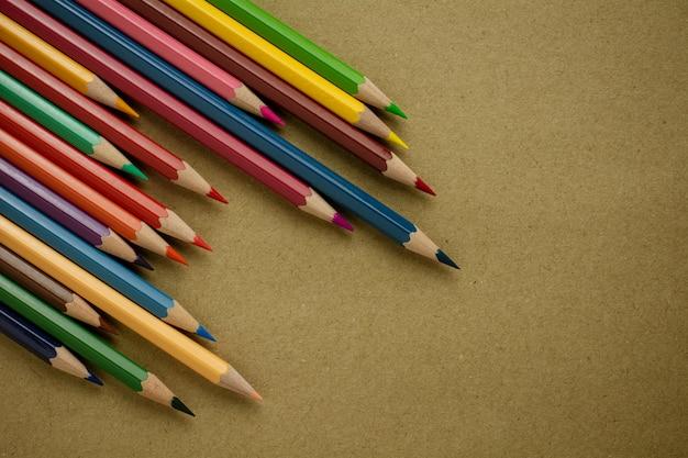 Crayons de couleur sur papier recyclé brun