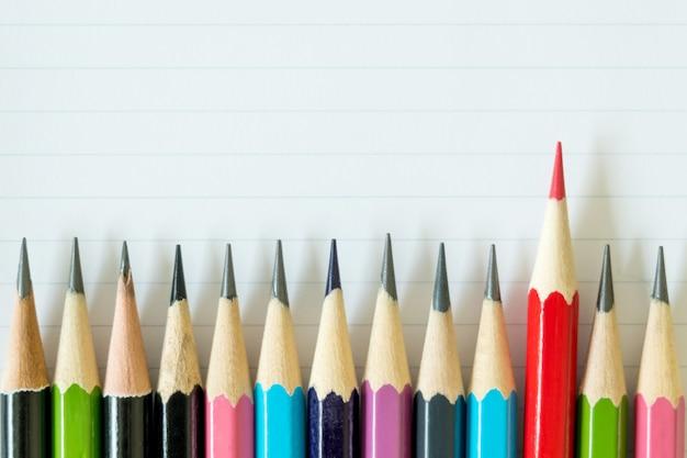 Crayons de couleur sur papier.