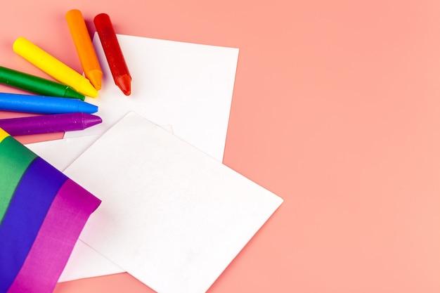 Crayons de couleur. les personnes lgbt de couleur