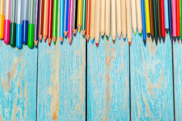 Crayons de couleur sur une planche de bois