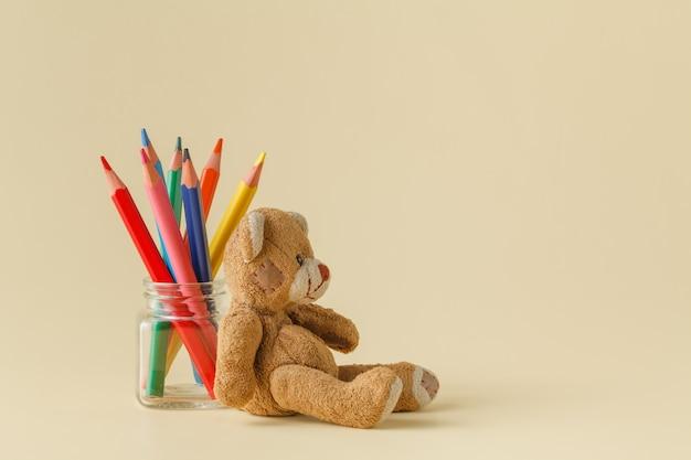 Crayons de couleur en pot de verre