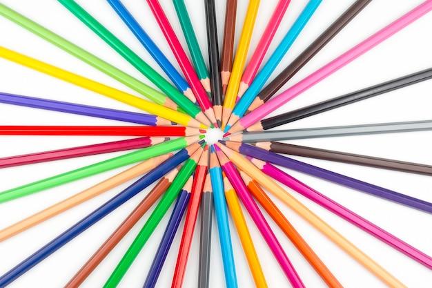 Crayons de couleur pour dessiner. éducation et créativité. loisirs et art