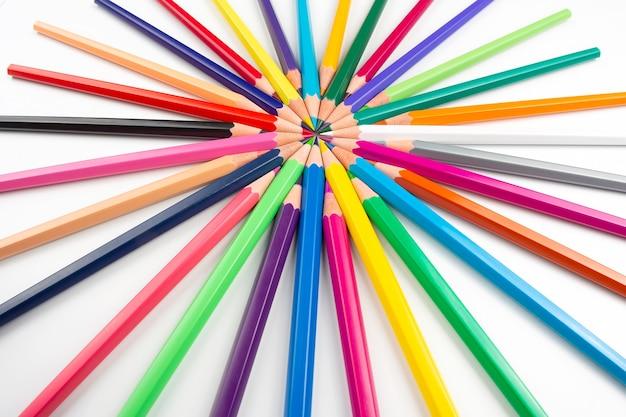 Crayons de couleur pour dessiner sur fond blanc. éducation et créativité. loisirs et art