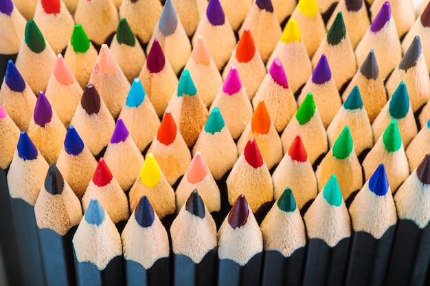 Crayons de couleur pour dessiner l'image d'arrière-plan de la vue de dessus en gros plan de motif abstrait