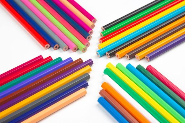 Crayons de couleur pour dessiner isolés.