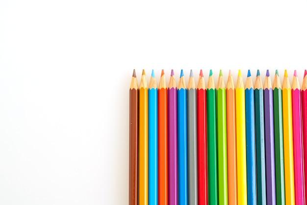 Crayons de couleur sur surface beige
