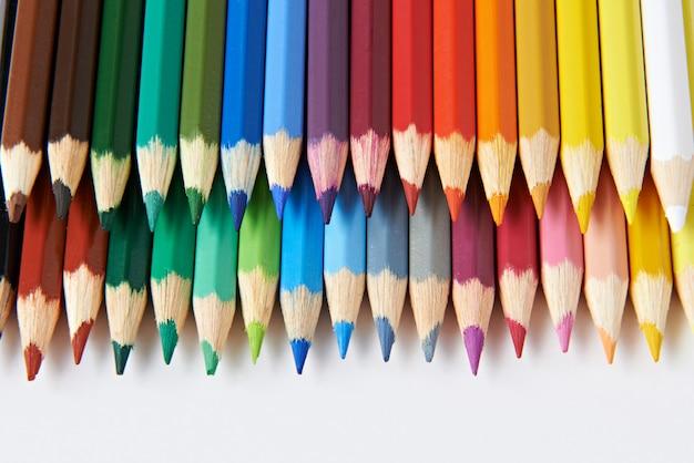 Crayons de couleur sur une surface blanche
