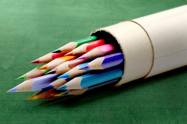 Crayons de couleur avec une surface verte. retour au concept de l'école