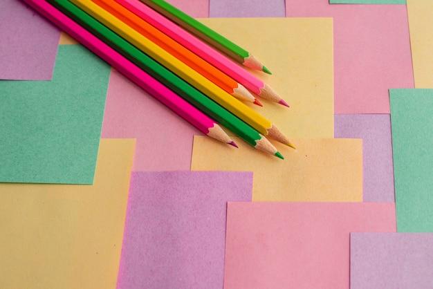 Crayons de couleur sur tracts détachables pour les notes