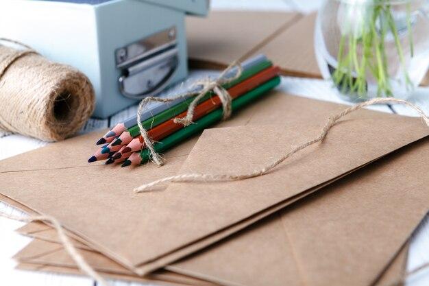 Crayons de couleur avec trèfle blanc