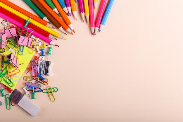 Crayons de couleur, trombones et épingles, fournitures scolaires