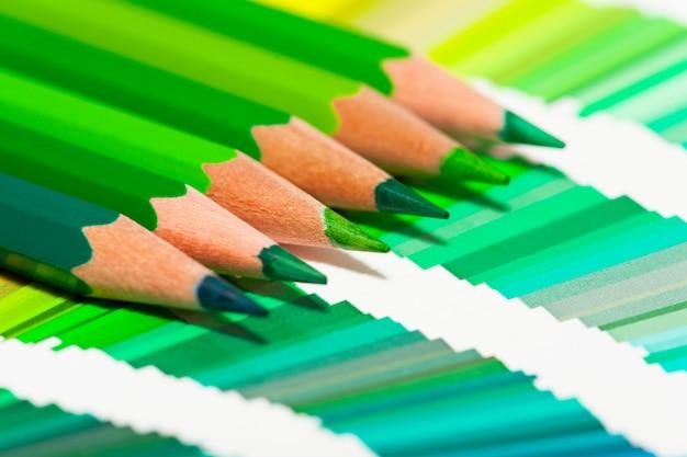 Crayons de couleur verte et nuancier de toutes les couleurs