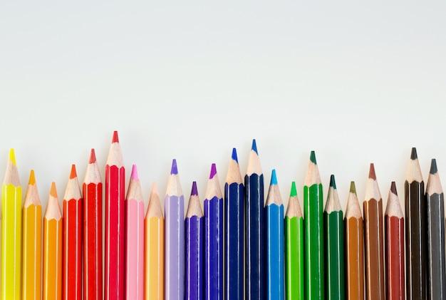 Crayons de couleur sur whitewallart et créativité. crayons à usage scolaire ou professionnel.