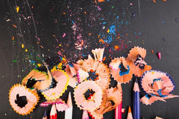Crayons de couleurs vives avec des boutures
