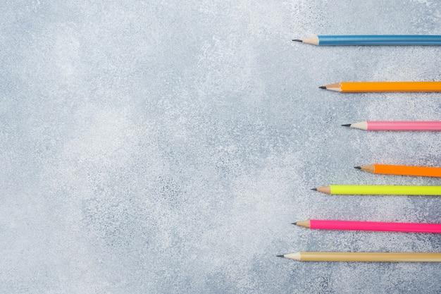 Crayons de couleurs vives sur la table grise. école de concept. espace de copie