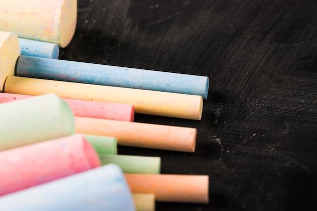 Crayons crayeux sur tableau noir