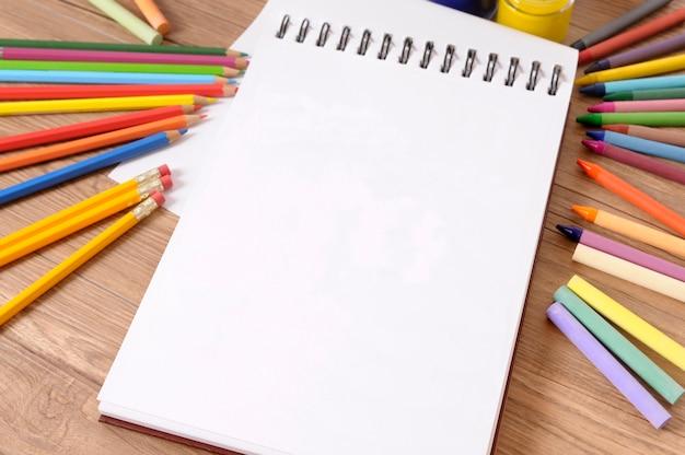 Crayons de crayons de livre d'école