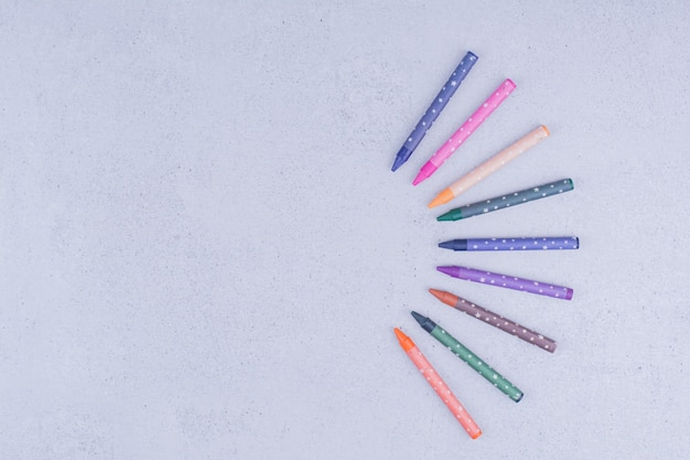 Crayons ou crayons multicolores en composition géométrique