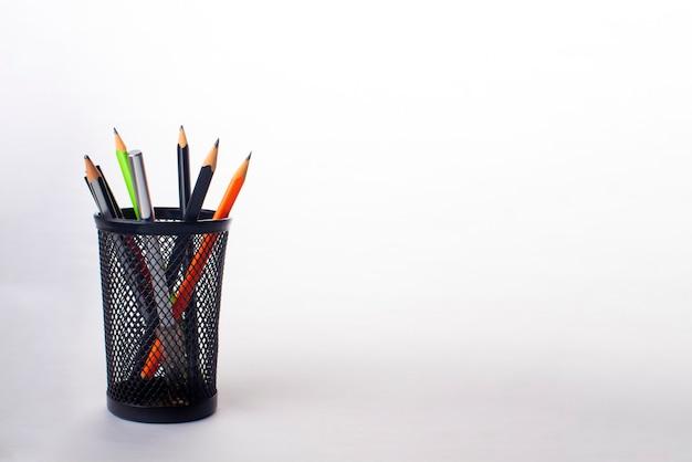 Crayons dans un porte-crayon noir