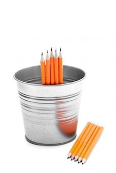 Crayons dans un seau