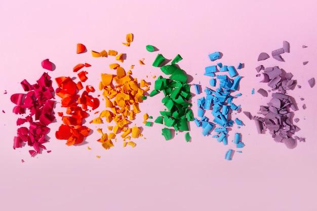 Crayons écrasés sur la couleur. concept lgbt