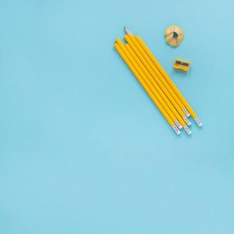 Crayons d'écriture posés près du taille-crayon et du rasoir