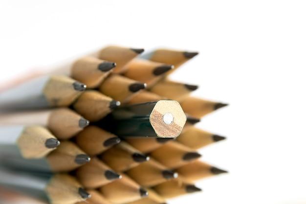 Crayons est un instrument pour écrire ou dessiner, consistant en une fine tige de graphite ou une substance similaire enfermée dans un long morceau de bois mince ou fixée dans un boîtier en métal ou en plastique.