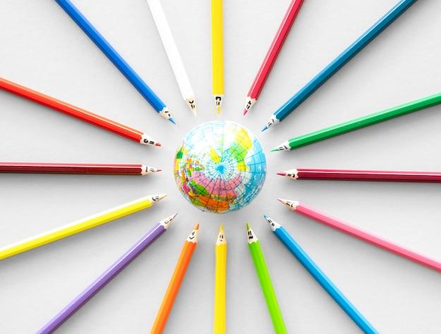 Crayons avec globe