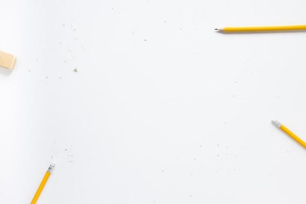 Crayons et gomme sur fond blanc