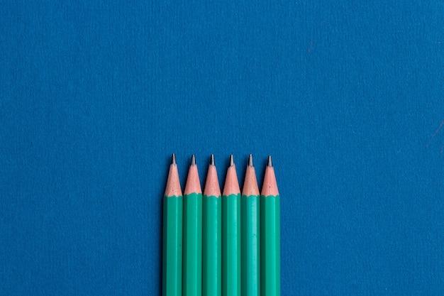 Crayons isolés sur fond bleu