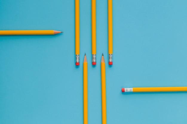 Crayons jaunes commandés sur le bleu