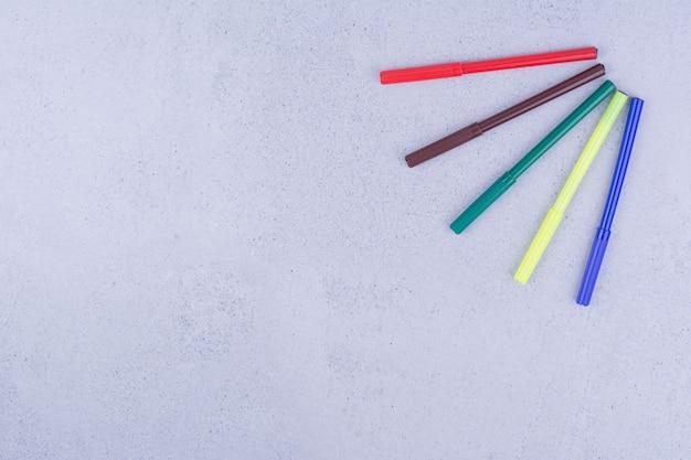 Crayons linéaires multicolores pour la coloration ou l'artisanat de mandala