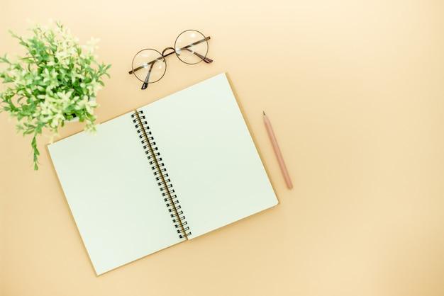 Crayons, lunettes et bloc-notes