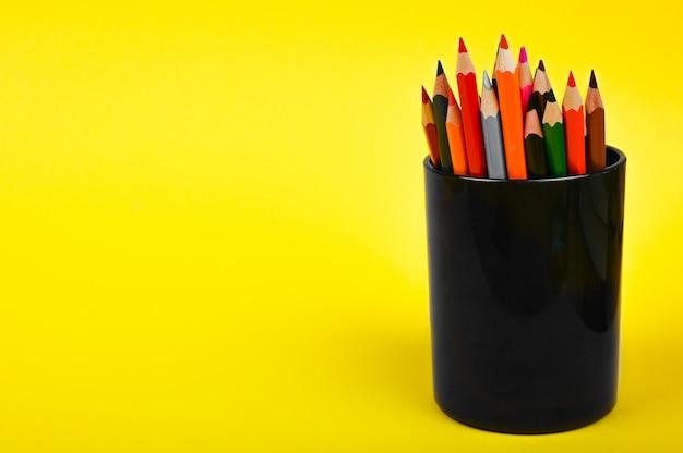 Crayons multicolores dans un verre