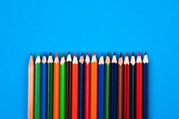 Crayons multicolores dans une vue de dessus de ligne