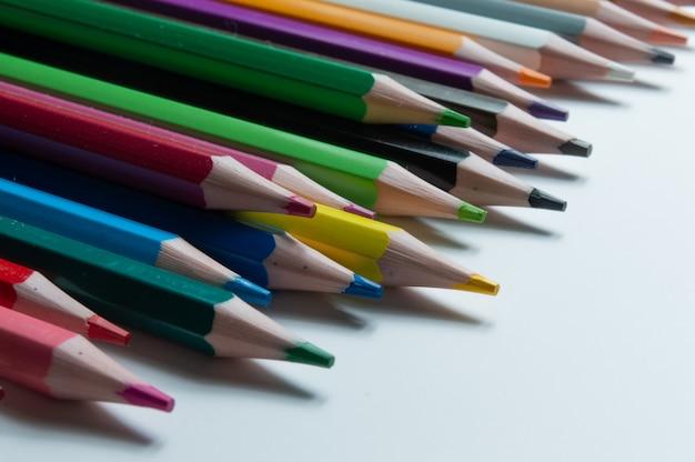 Crayons multicolores sur fond blanc.