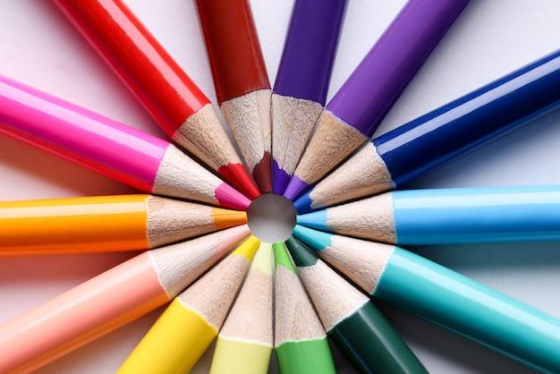 Crayons multicolores en forme de gros plan du soleil