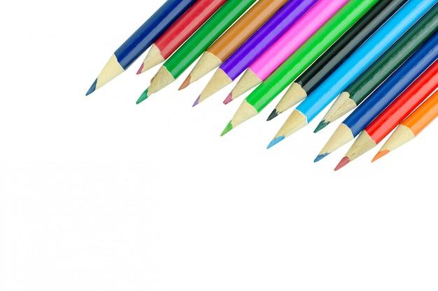 Crayons multicolores isolés sur fond blanc