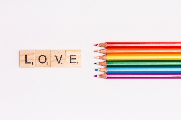 Crayons multicolores et lettrage love
