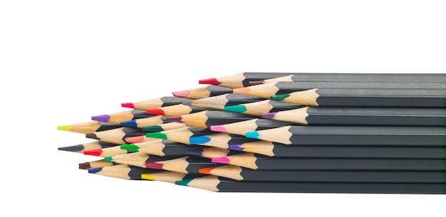 Crayons multicolores noirs simples pour dessiner sur une surface blanche isolée