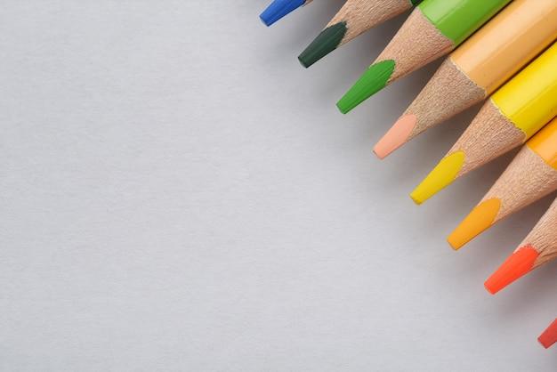 Crayons multicolores sur le papier blanc