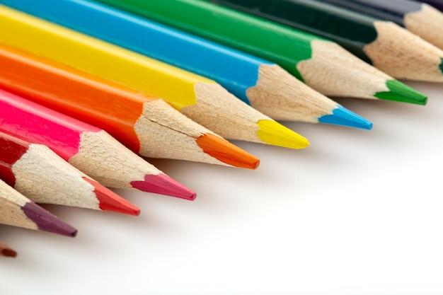 Crayons multicolores pour dessin doublé sur un bureau blanc