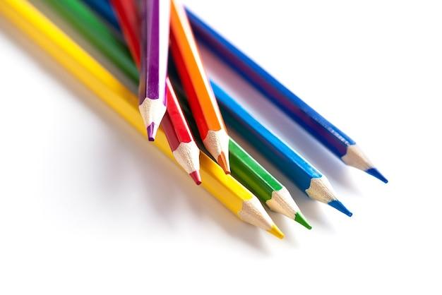Crayons multicolores se trouvant sur un fond blanc
