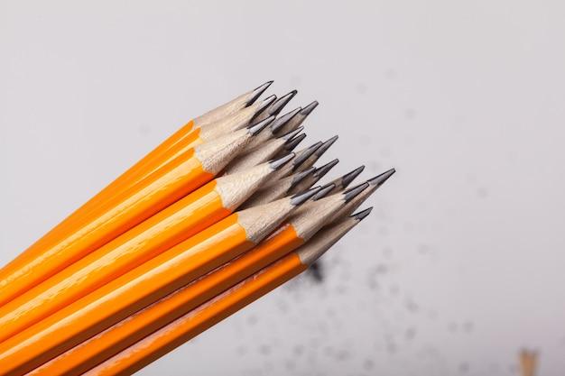 Crayons orange bouchent isolé