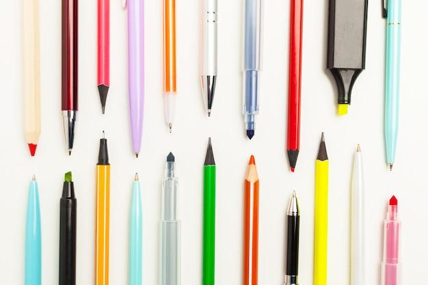Crayons de papeterie colorés