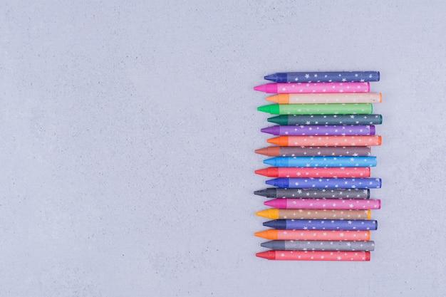 Crayons de peinture multicolores dans des formes géométriques décoratives