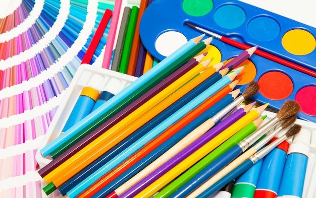 Crayons, peinture et nuancier de toutes les couleurs